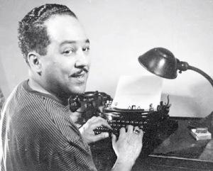 Langston Hughes - sentado a la maquina de escribir